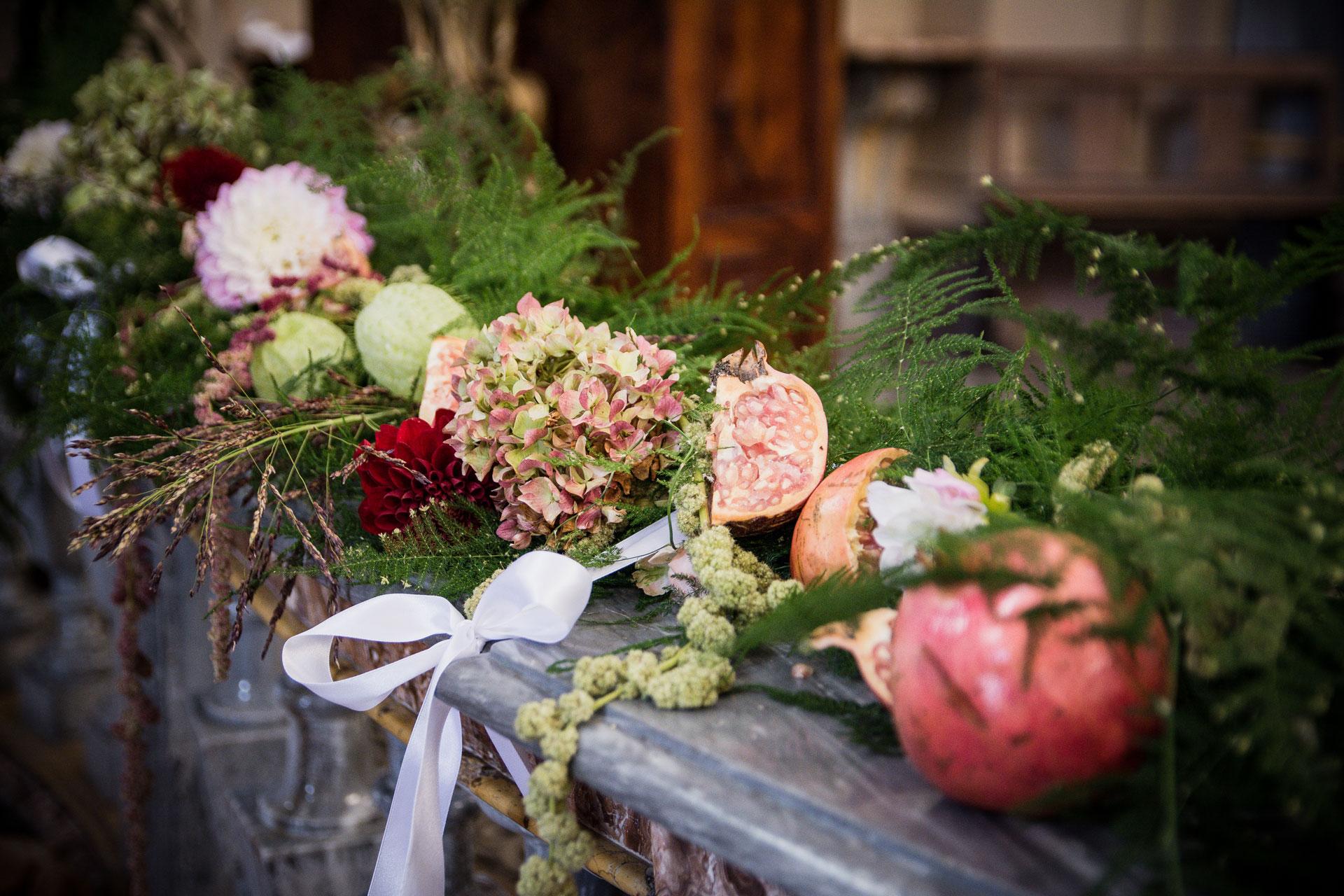 composizione su balaustra con fiori di melograno